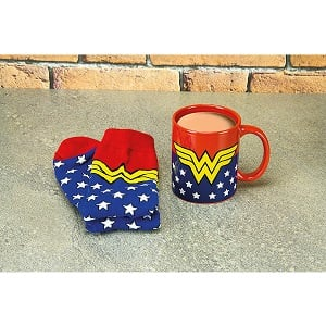 taza y calcetines de wonder woman